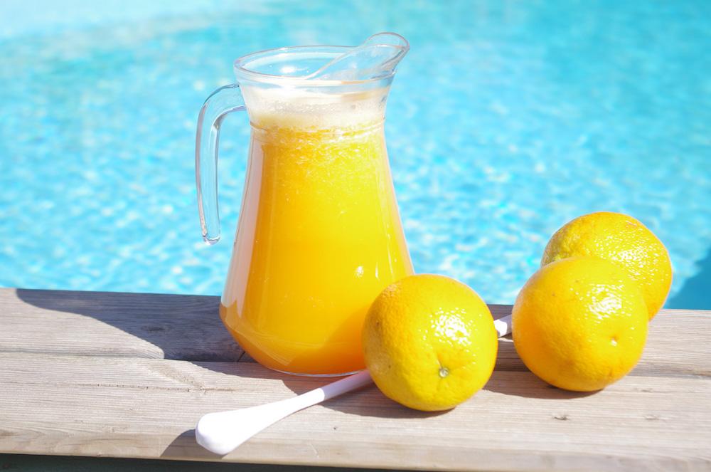 Surfcamp in Algarve orange juice beside the pool