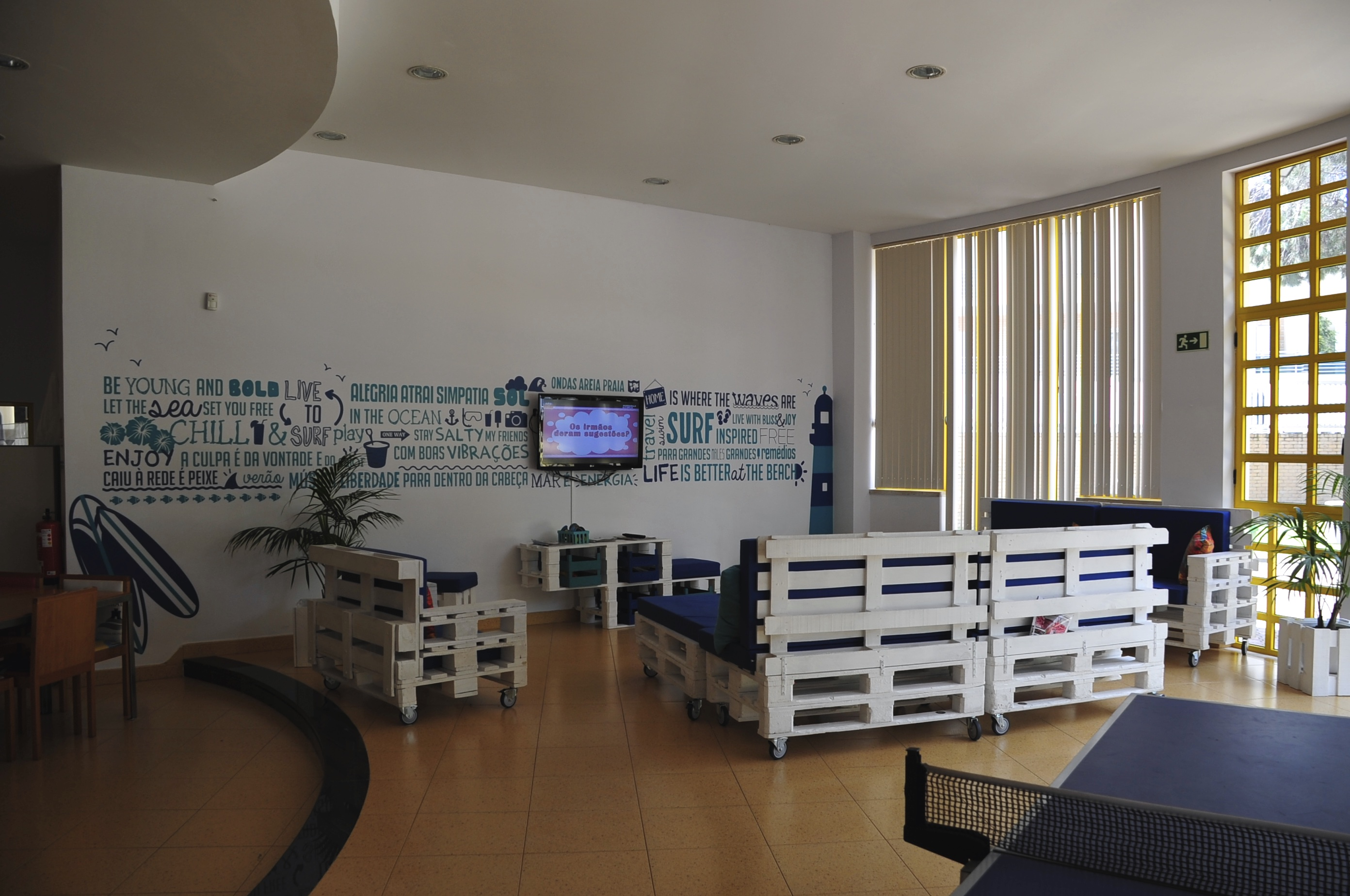 Surf-School-Teens-Camp-Lisbon-tv-room