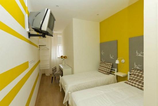 lisbon-surf-camp-cascais-accomodation-sao-pedro-do-estoril-twin-room-yellow