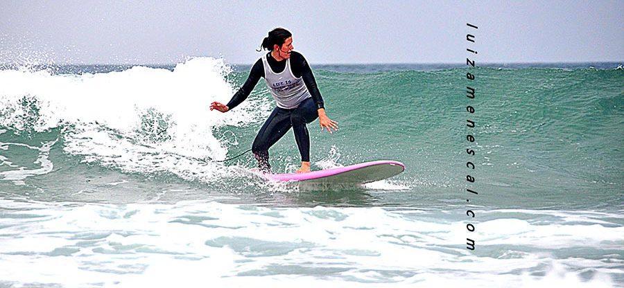 lisbon-surf-camp-cascais-beginner-surfer-catches-melow-wave