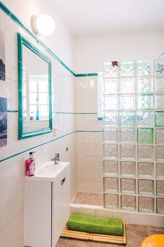 lisbon-surf-camp-cascais-guincho-country-surf-house-cascais-bathroom