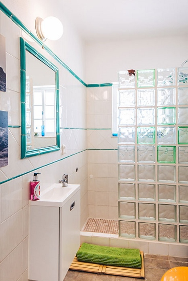lisbon-surf-camp-cascais-guincho-country-surf-house-cascais-bathroom