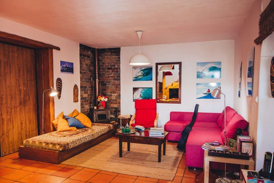 isbon-surf-camp-cascais-guincho-country-surf-house-cascais-living-room