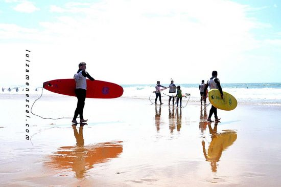 lisbon-surf-camp-cascais-guincho-country-surf-house-cascais-surfers-on-the-beach-waves