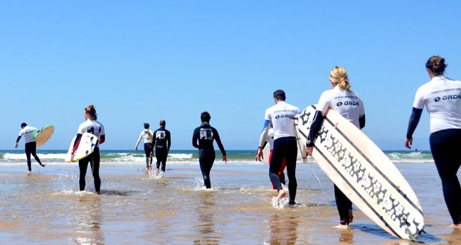 lisbon-surf-camp-cascais-surfer-group-entering-water