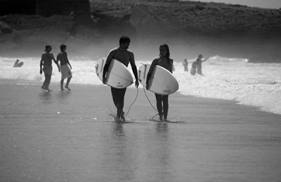 lisbon-surf-camp-cascais - surfe couple on beach