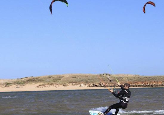 man-kitesurfing-lagoon-algarve-kitesurf-camp-1
