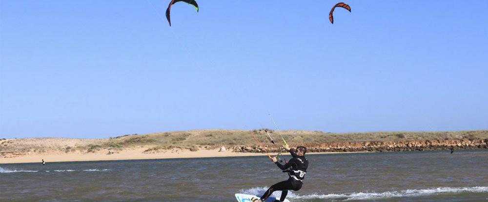 man-kitesurfing-lagoon-algarve-kitesurf-camp
